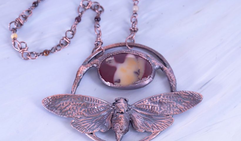 v4b0trfim6v41 820x480 - Let me introduce you to Ambra, my first insect 🐞 pendant. - hobbies, crafts