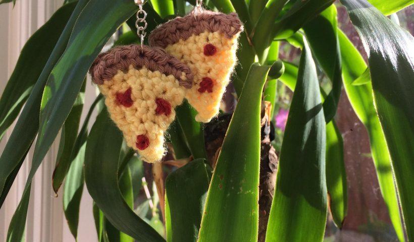 zf5gjk5y6g951 820x480 - Tiny crocheted pizza slide earrings! - hobbies, crafts