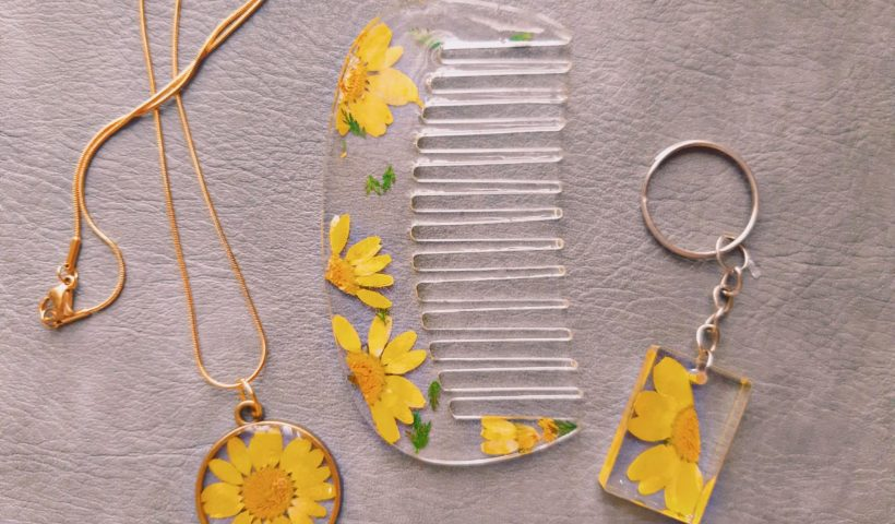 pa9b88rgode51 820x480 - Matching pressed chrysanthemum preserved in resin. Comb. Keychain. Necklace. - hobbies, crafts